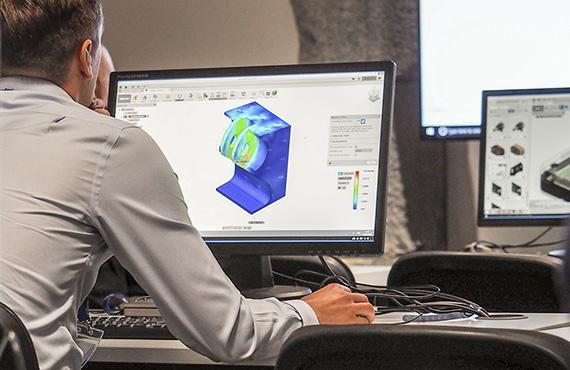 photo d'un homme devant son ordinateur pour passer sa certification